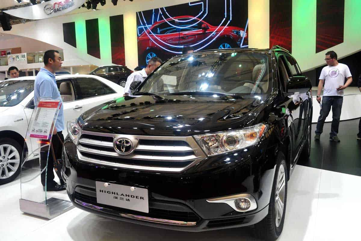 Visitors-look-at-a-Toyota-Highlander-during-the-15th-Shanghai-International-Automobile-Industry-Exhibition